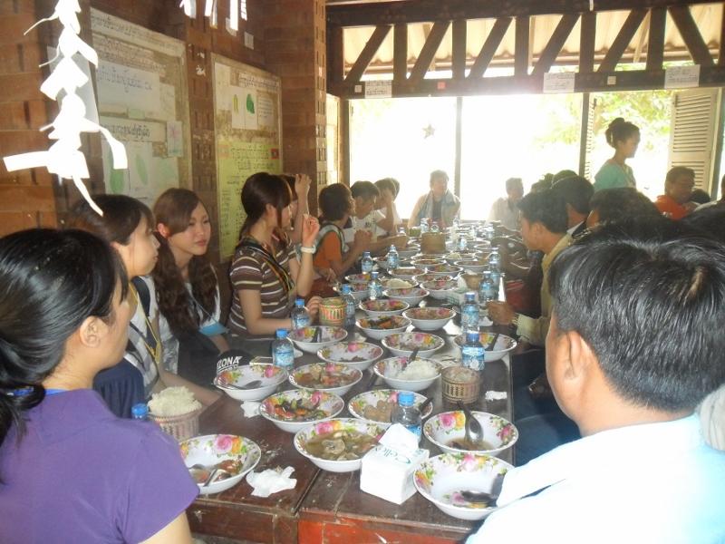 参加者と村人たちの食事