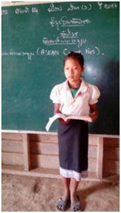 小学校で勉強する奨学生のライラ