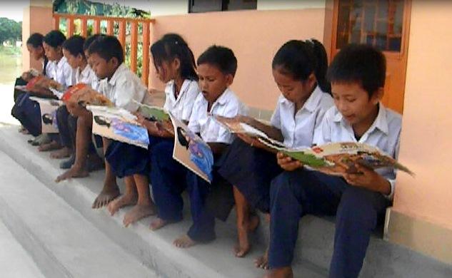 贈呈図書を読むカンボジアの子ども