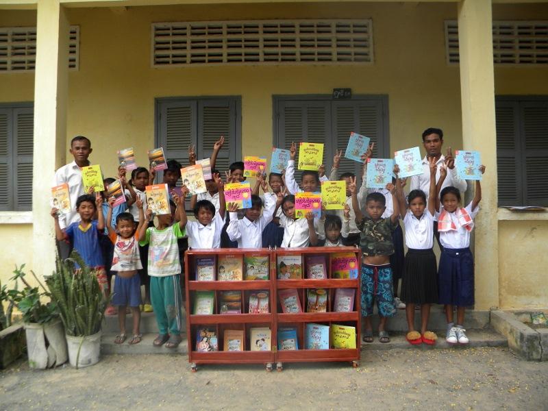 図書セットに喜ぶカンボジア生徒たち