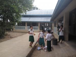 ミャンマーの始業前の掃除風景
