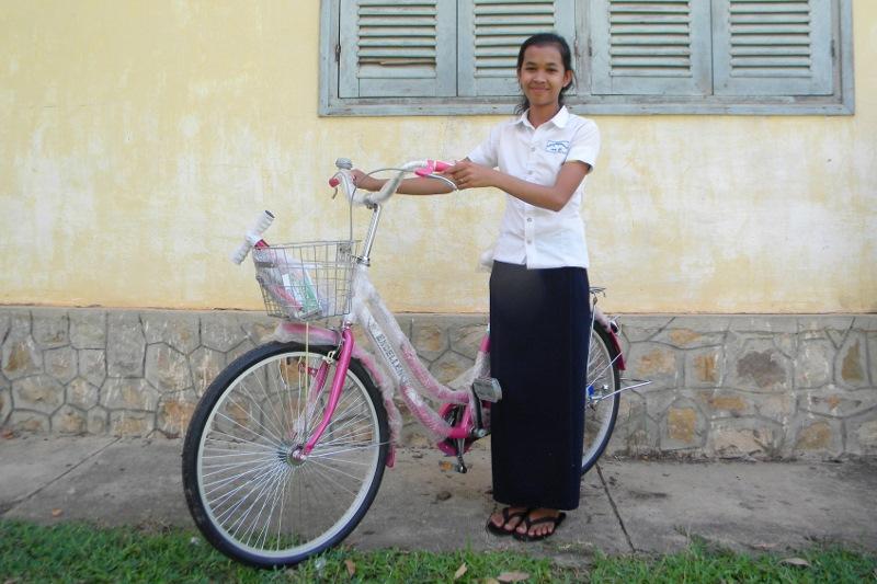 カンボジア人生徒に届いた自転車