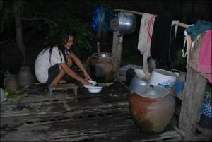 皿を洗うキンナローン