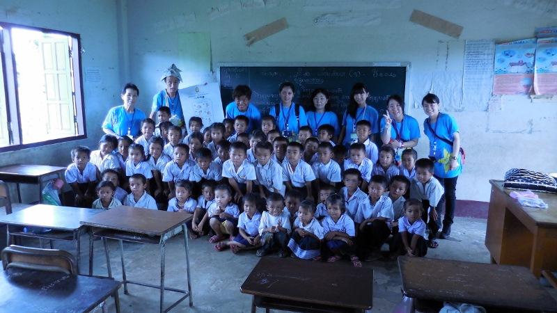 訪問学校教室でツアー参加者と子どもたち