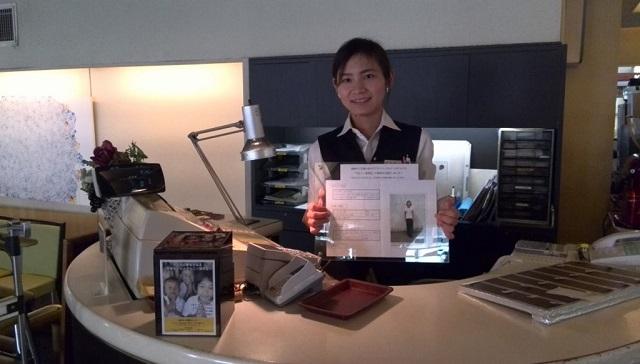証書写真持つミャンマー留学生
