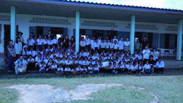 学校給食普及プロジェクトの生徒たち