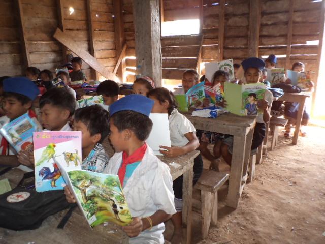 贈られた本を読んでいる子どもたち