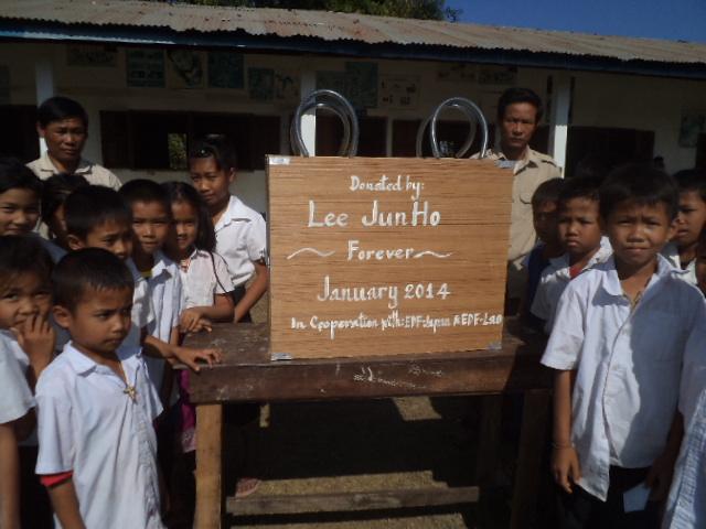 ラオスの小学校へ贈られた図書ボックス