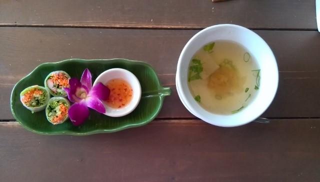 パッタイランチのスープと生春巻き