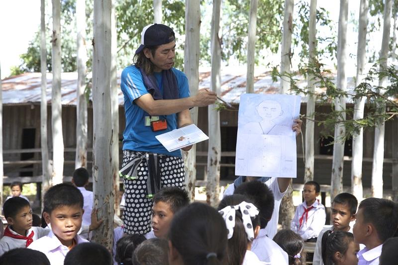 日比野先生から画材道具の使い方を学ぶ様子