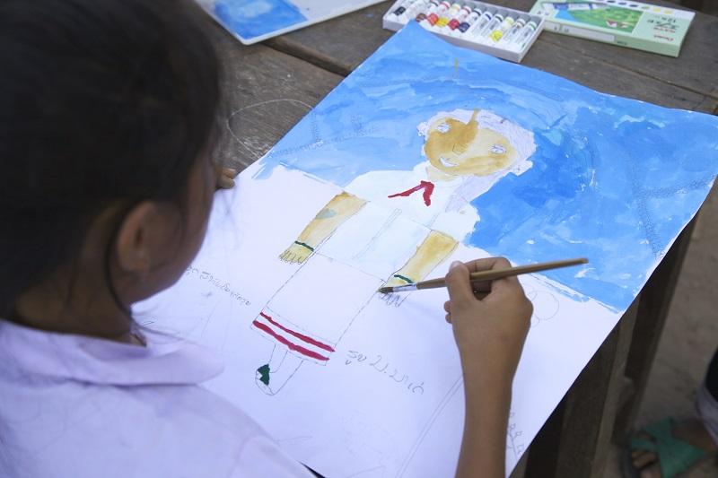 絵の具を上手に使う子どもの様子
