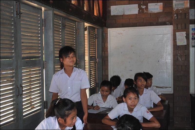 教室で発言をするキンナローンさん