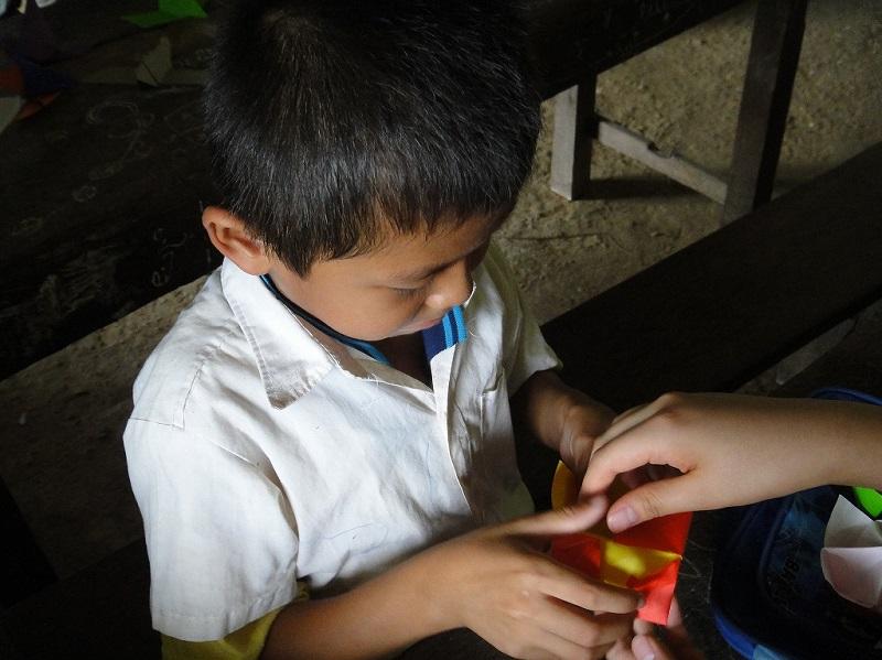 ラオスの小学校に通う少年