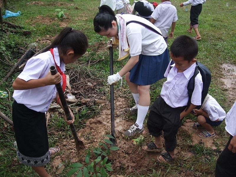ラオスの小学校に通う子どもたち